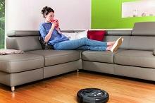 donna si relassa e robot aspirapolvere pulisce