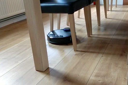 Ecovacs-deboot-930-tra-le-gambe-delle-sedie